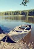 Barco de madera viejo en el lago Imágenes de archivo libres de regalías