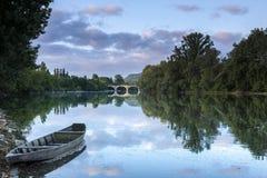 Barco de madera viejo en el río de Dordoña Foto de archivo