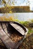 Barco de madera viejo en el río del otoño Fotografía de archivo libre de regalías