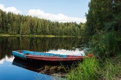 Barco de madera viejo en el río en Karelia Fotografía de archivo libre de regalías