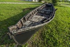 Barco de madera viejo en la hierba verde Imagenes de archivo