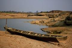 Barco de madera viejo en la tierra agrietada fotos de archivo