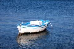 Barco de madera viejo en un mar Mediterráneo (Grecia) Imagenes de archivo