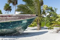 Barco de madera viejo en una playa mexicana Foto de archivo libre de regalías