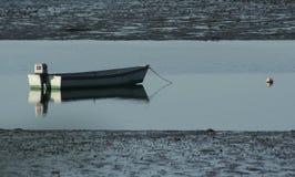 Barco de Maine con marea baja Fotos de archivo