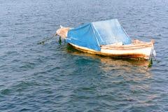 Barco de mar secundário que espera para ajustar a vela fotografia de stock