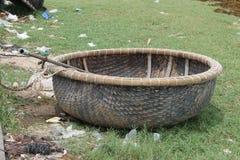 Barco de mimbre redondo que se coloca en la hierba Imagen de archivo