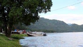 Barco de motor amarrado en la orilla del lago metrajes
