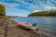 Barco de motor amarrado Siberia Rusia imagen de archivo libre de regalías