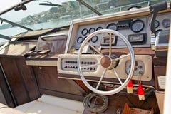 Barco de motor atracado en el puerto deportivo. Foto de archivo