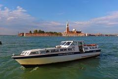 Barco de motor blanco contra la iglesia de San Giorgio Maggiore Fotos de archivo libres de regalías