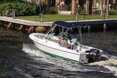 Barco de motor blanco en el canal intracostero Foto de archivo