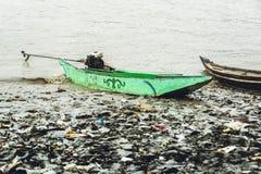 Barco de motor caseiro burmese que descansa no riverbank 2 Fotos de Stock
