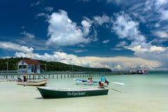 Barco de motor con el turista en el tablero muy cerca al embarcadero Foto de archivo libre de regalías