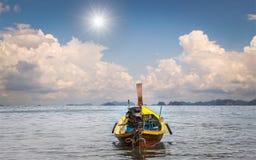 Barco de motor de madera en el mar en día soleado Imágenes de archivo libres de regalías