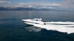 Barco de motor, el mejor yate italiano Silueta del hombre de negocios Cowering metrajes