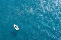 Barco de motor en concepto azul brillante del mar de reconstrucci?n activa, d?as de fiesta por el mar, el entretenimiento y el tr fotografía de archivo libre de regalías