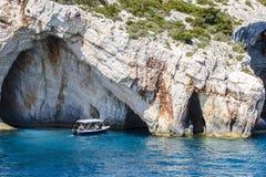 Barco de motor en cuevas azules Fotografía de archivo