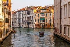 Barco de motor en el canal en Venecia Fotos de archivo libres de regalías