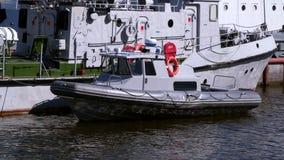 Barco de motor en el embarcadero almacen de metraje de vídeo