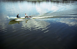 Barco de motor en el lago imagenes de archivo