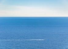 Barco de motor en el mar de riviera francesa Fotografía de archivo