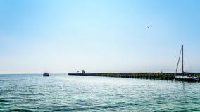 Barco de motor en el puerto de Urk en los Países Bajos debajo de un cielo despejado Imagenes de archivo