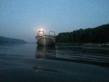 Barco de motor en el río en una noche iluminada por la luna Capturado en iPhone foto de archivo libre de regalías