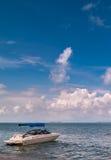 Barco de motor en la playa Foto de archivo libre de regalías