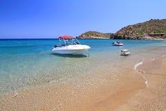 Barco de motor en la playa de Vai en Crete Fotos de archivo