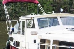 Barco de motor en un puerto deportivo Fotografía de archivo