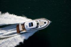 Barco de motor hermoso que estralla a través de un mar Imágenes de archivo libres de regalías