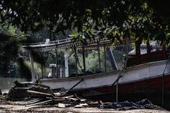 Barco de motor de madeira velho estacionado na terra no lado do rio em Tailândia, imagem das cores do vintage foto de stock