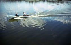 Barco de motor no lago Imagens de Stock
