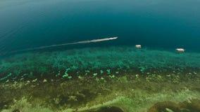 Barco de motor no mar video estoque
