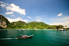 Barco de motor no mar com fundo da montanha Fotografia de Stock