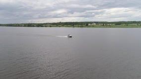 Barco de motor no rio filme