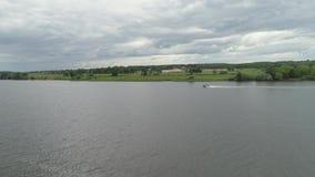 Barco de motor no rio vídeos de arquivo