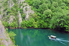 Barco de motor no rio Imagens de Stock