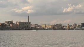 Barco de motor que cruza en el río de Dnieper en Kyiv, Ucrania metrajes