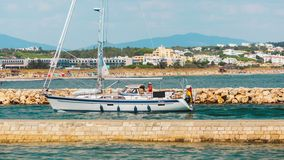 Barco de motor que entra en el puerto en Lagos, Portugal fotografía de archivo