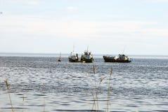 Barco de motor que espera en la boya del mar fotos de archivo