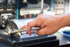 Barco de motor throtling da mão de Capitan Imagem de Stock