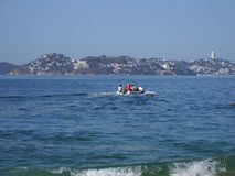 Barco de motor usado para excursões do Oceano Pacífico em ACAPULCO em MÉXICO, paisagem da pesca e do turista da baía foto de stock