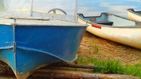 Barco de motor viejo en la costa del lago fotografía de archivo