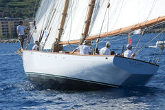 Barco de navegación antiguo durante una regata en la obra clásica Yac de Panerai Fotografía de archivo libre de regalías