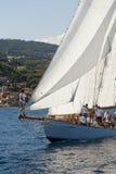 Barco de navegación antiguo durante una regata en la obra clásica Yac de Panerai Fotos de archivo
