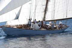 Barco de navegación antiguo durante una regata en la obra clásica Yac de Panerai Imágenes de archivo libres de regalías