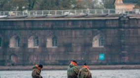 Barco de navegación con los pescadores en la madrugada almacen de metraje de vídeo