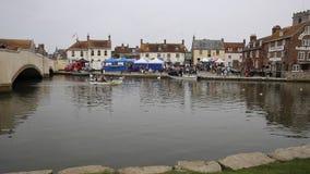 Barco de navegación de la gente en el pueblo con mercado Dorset Inglaterra Reino Unido de Wareham del río situada en el río Frome almacen de metraje de vídeo